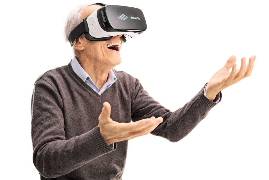 senior avec casque vr virtualis avec fond et logo