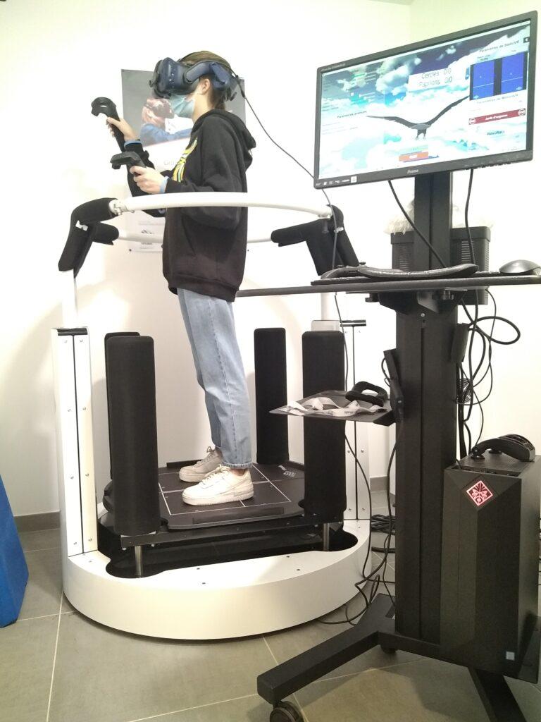Patient sur MotionVR plateforme de posturographie dynamique et rééducation